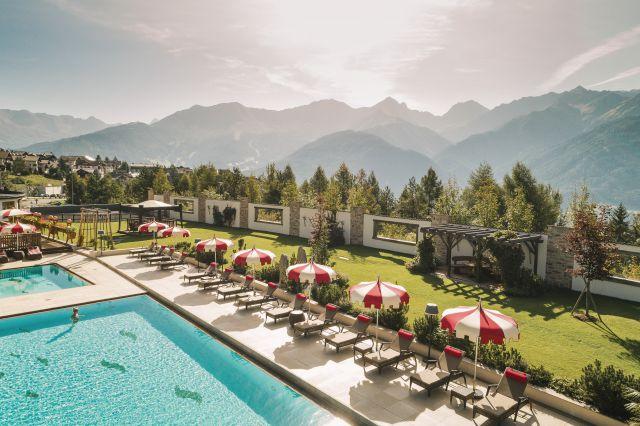 hotel mit bergen im hintergrund