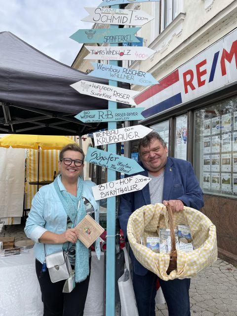 Regional-Wegweiser am Brucker Wochenmarkt