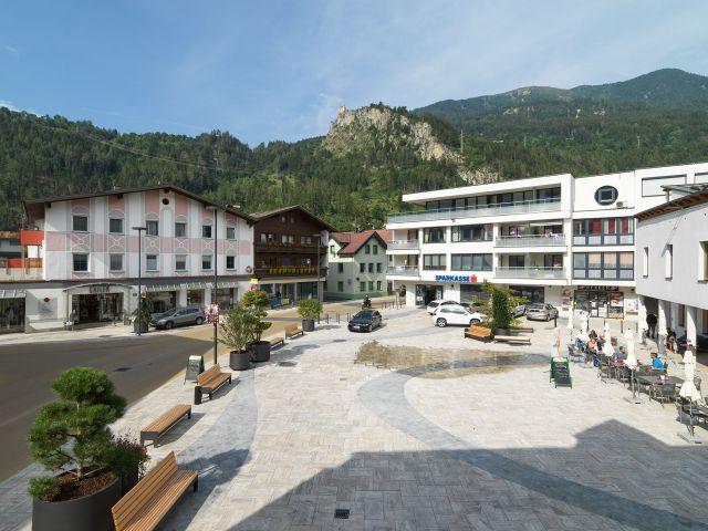 Der Dorfplatz in Prutz mit der Begegnungszone