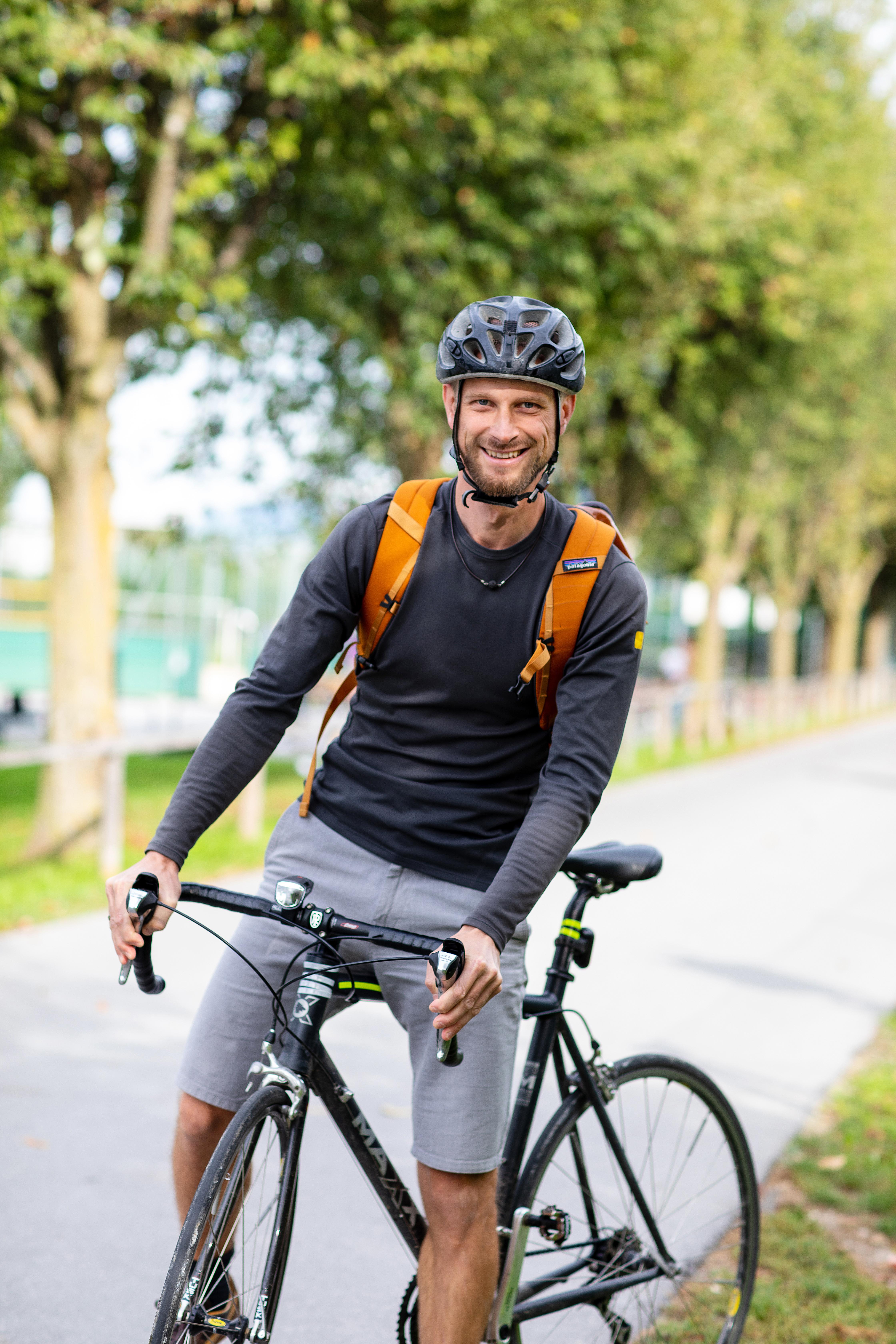 Tirol radelt wieder los! Am 20.3. startet die neue Radel-Saison. Das Bild zeigt einen fröhlichen jungen Mann mir Fahrrad.