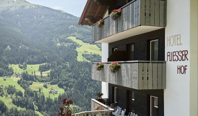 Hotel Fliesserhof mit Bergen im Hintergrund