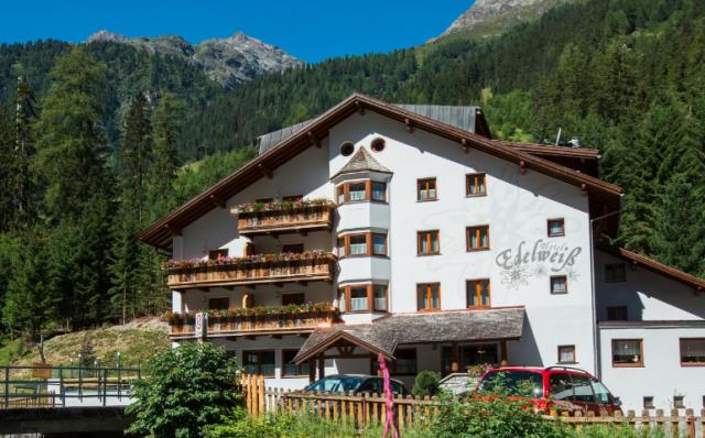 Hotel Edelweiss mit Bergen im Hintergrund