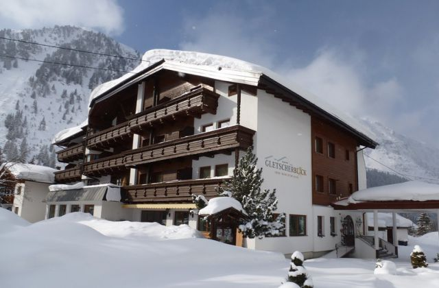 schneebedecktes Hotel Gletscherblick mit Bergen im Hintergrund