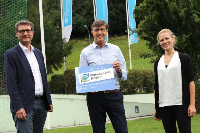 (von links) Klimabündnis-Geschäftsführer Andrä Stigger, Werner Gstrein von SOS-Kinderdorf International und Nachhaltigkeitsbeauftragte Nora Els