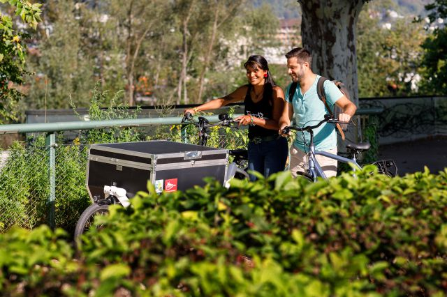 Zwei Personen reden miteinander und schieben ihre Fahrräder