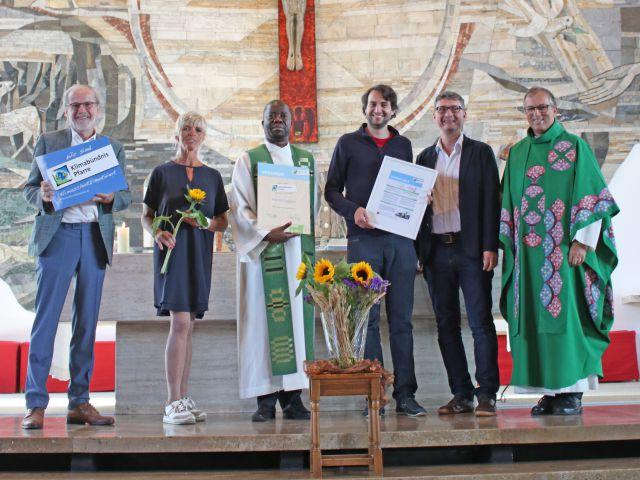 (von links) Karl Nöbl sen. (Pfarrgemeinderatsobmann), Doris Stadlmair (Pastoralassistentin), Pfarrer Sylvain Mukulu Mbangi, Karl Nöbl jun. (Klimaschutzkoordinator der Pfarre), Andrä Stigger (Geschäftsführer Klimabündnis Tirol