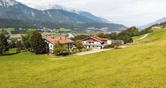 Der Lachhof in Volders mit Blick über das Inntal, Foto: AufBauWerk