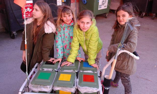 4 Mädchen mit dem Mülltrennwagele, Foto: Praxisvolksschule Innsbruck