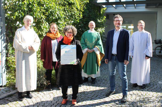 Von links: Veronika Lamprecht (Pastoralassistentin), Johanna Lackner (Jugendleiterin), Ursula Lackner (Klimabündnis-Beauftragte), Bernhard Kranebitter (Pfarrer), Andrä Stigger (Klimabündnis-Geschäftsführer) und Markus Leitinger