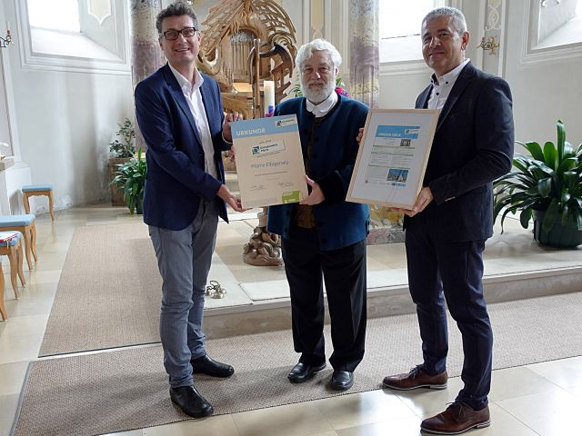 Von links: Klimabündnis-Geschäftsführer Andrä Stigger, Pfarrer Otto Walch und Reinhard Oberlohr, Obmann des Pfarrgemeinderats. Foto: © Schwester Maria Verena - Pfarre Elbigenalp