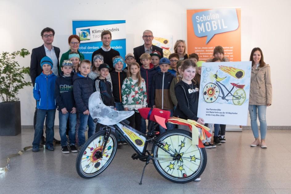 """Maria Hofer aus Mayrhofen freut sich über ihr nagelneues """"Planeten-Bike"""""""