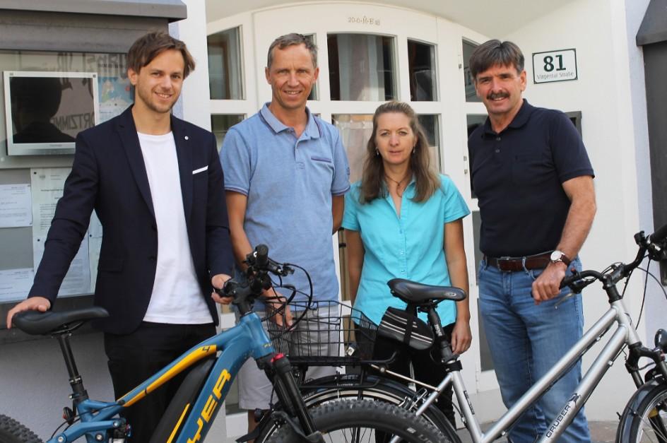 Setzen sich für eine radfreundliche Gemeinde ein: (von rechts) Virgens Bürgermeister Dietmar Ruggenthaler, Gemeindevorstand Leopold Bstieler, Mobilitätsbeauftragte Angelika Berger und Michael Bürger von Klimabündnis Tirol.