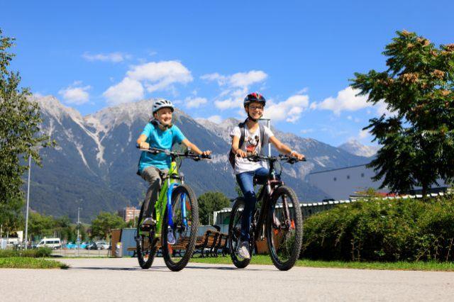 zwei radfahrende Kinder