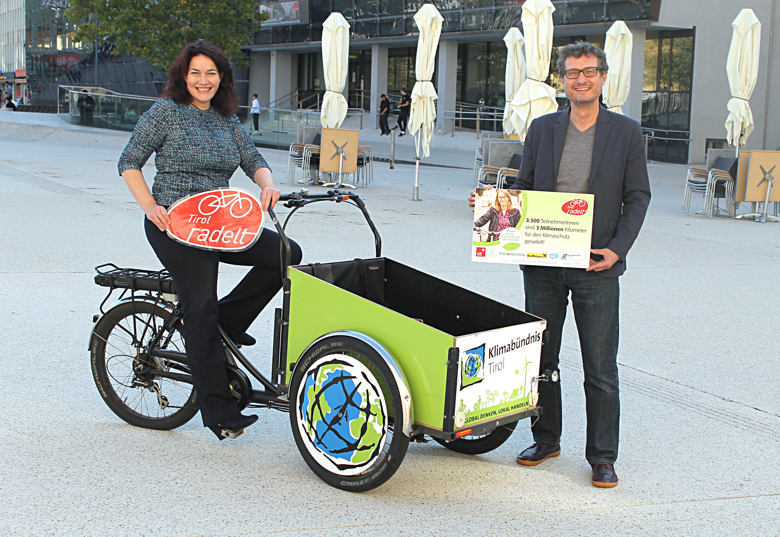 LHStvin Ingrid Felipe und Klimabündnis Geschäftsführer Andrä Stigger freuen sich auf eine erfolgreiche Radsaison. 2020 lag Tirol auf Platz zwei im österreichweiten Radlvergleich.