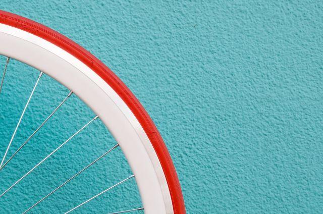 Roter Fahrradreifen vor blauer Wand