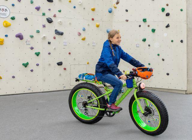 Die Schülerin Rita fährt auf ihrem neuen Kletter-Bike.