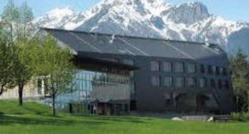 grillhof und im hintergrund die berge