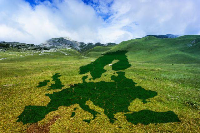 Eine Bergwiese mit den Konturen von Europa. Foto: pixabay/Gerd Altmann