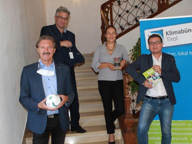 Gemeinsam für nachhaltige Beschaffung: (von links) Bgm. Dr. Hans Lintner, Bgm. Dietmar Wallner, Stadträtin Mag.a Viktoria Gruber, Klimabündnis-Geschäftsführer Andrä Stigger.