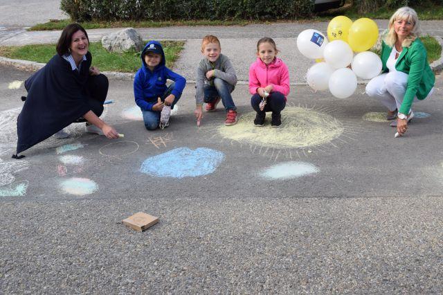 Bürgermeisterin Landtagsabgeordnete Elisabeth Böhm und die Direktorin der Volksschule am Tabor, Kordula Csukker, BEd MA, bringen gemeinsam mit den Kindern die Straßen Neusiedls zum Blühen.